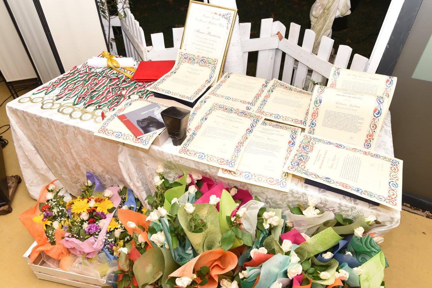 Il tavolo dei premi della serata